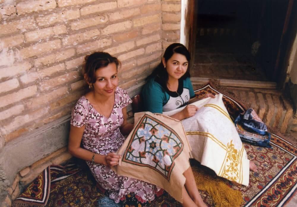 工房でスザニを縫うウズベク女の子たち