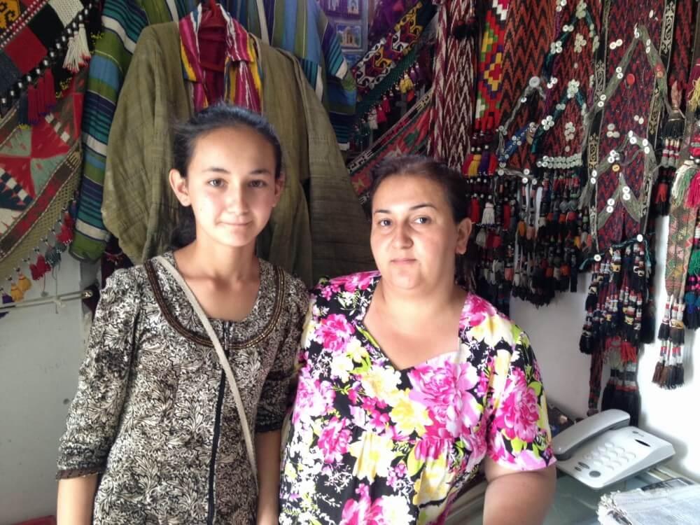 土産物屋の女の子とおばちゃん【ウズベキスタン(ブハラ)】