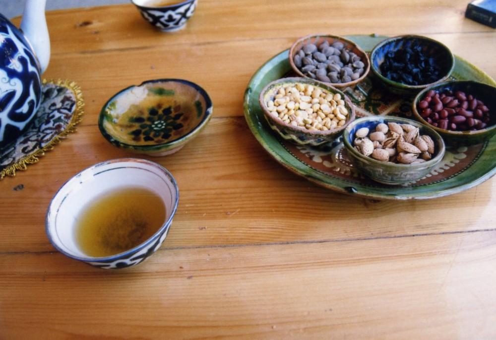 アブドゥッロの工房でチャイとナッツを食べる【ウズベキスタン(ギジュドゥヴァン)】