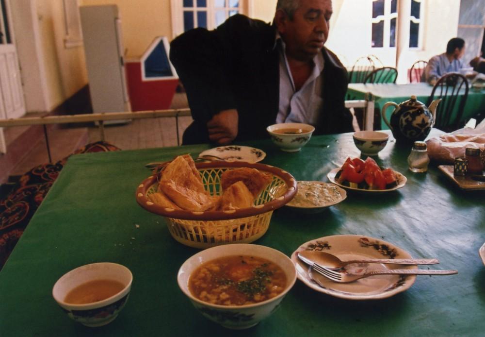 タクシーの運ちゃんと途中の食堂で食事【ウズベキスタン(ブハラ)】