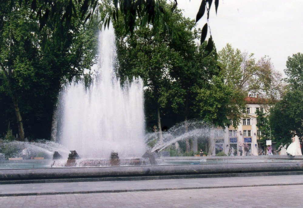 ウエディング写真撮影中(ナヴォイ劇場の前の広場)【ウズベキスタン(タシケント)】