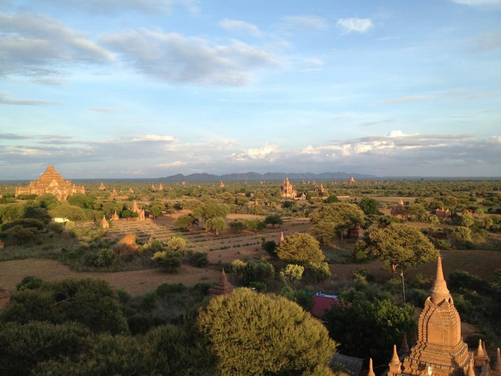 地平線の果てまでパゴダが並ぶ!雄大なバガン遺跡の夕日【ミャンマー】
