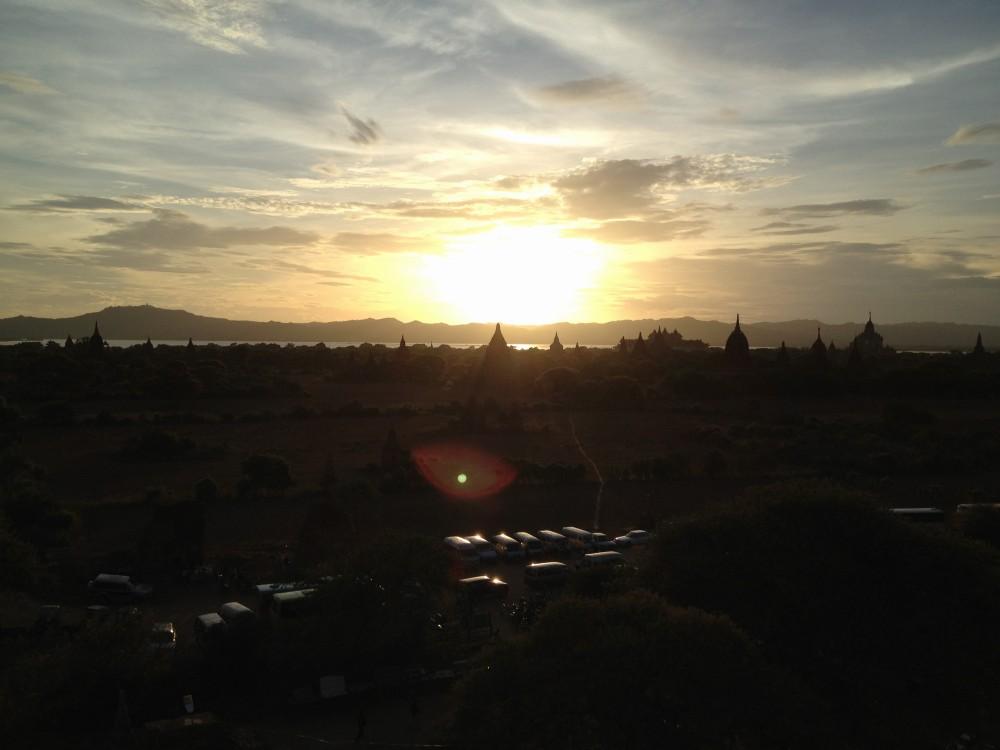 雄大なバガン遺跡の夕景(シュエサンドー・パヤーにて) 【バガン遺跡】【ミャンマー(バガン)】