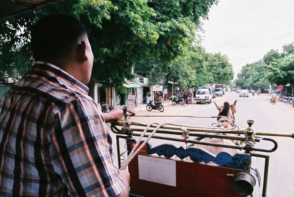 馬車を一日チャーターし、バガン遺跡を巡る。日の出日没合わせ25000K(約2500円)【ミャンマー(バガン)】