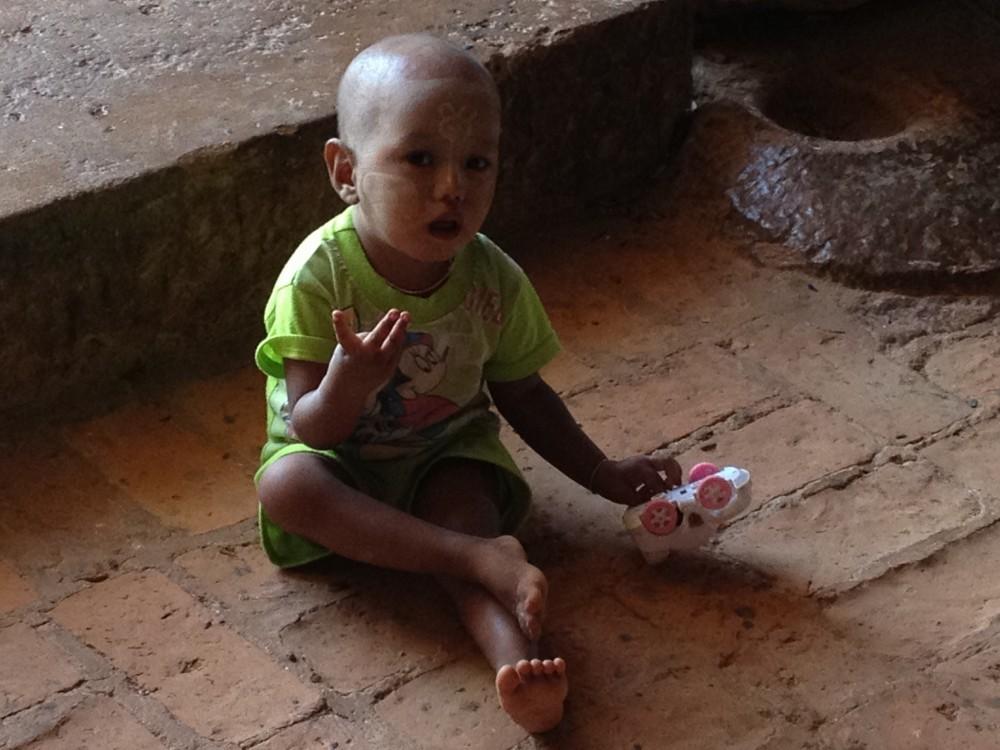 スラマニ寺院に居た子供 【バガン遺跡】【ミャンマー(バガン)】