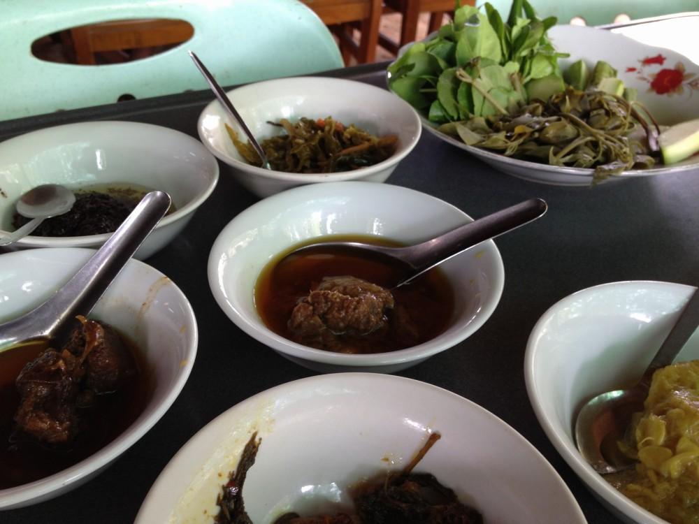 昼飯はミャンマー料理のカレー数種【ミャンマー(バガン)】