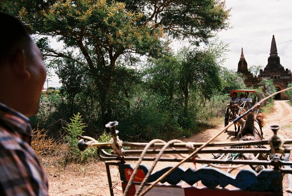 馬車でバガンの荒野をパゴダを目指しガタガタ進む【ミャンマー(バガン)】