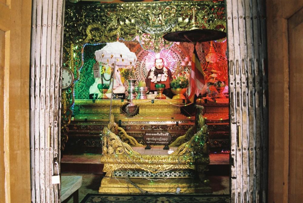 ポッパ山(タウン・カラッ)の頂上に祀られている仏像など【ミャンマー(ポッパ山)】