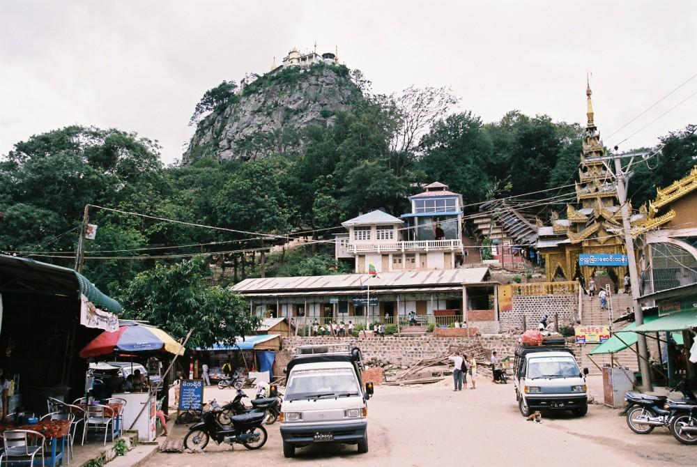 ポッパ山(タウン・カラッ)の門前町