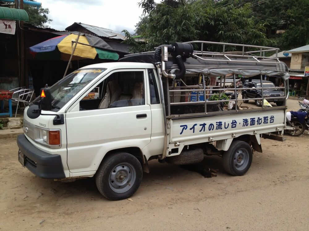 ポッパ山(タウン・カラッ)の門前町に居た日本の中古車【ミャンマー(ポッパ山)】