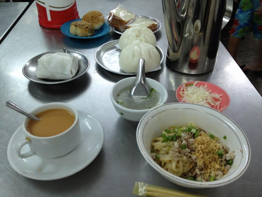 ヤンゴンの朝食、モヒンガーを食べる