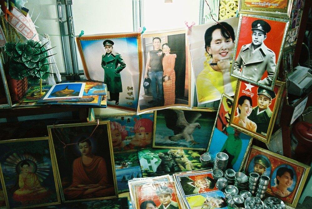 「シュエダゴォン・パヤー」参道で売られていたスーチーの写真 【ヤンゴン】【ミャンマー(ヤンゴン)】