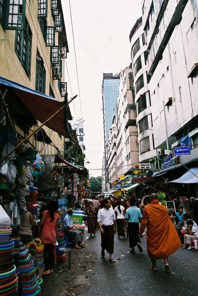 首都を歩く托鉢の僧侶たち 【ヤンゴン】