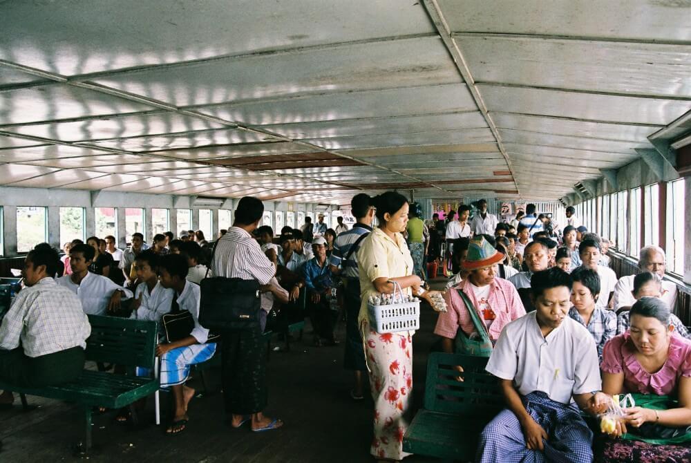 渡し船の船内は物売りで大賑わい 【ヤンゴン】