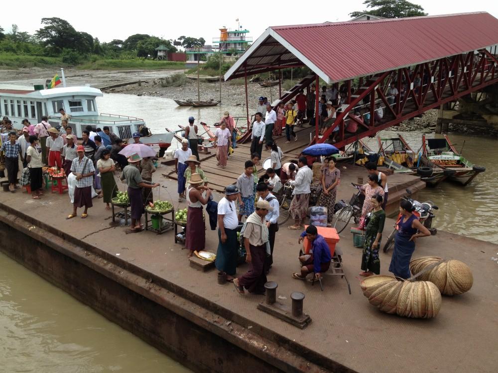 対岸に到着、船は20分置きに行き来している 【ヤンゴン】