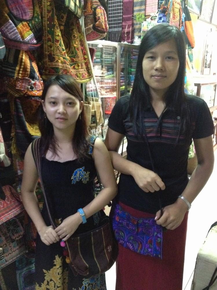 マーケットで買った土産物屋の女の子たち 【ヤンゴン】
