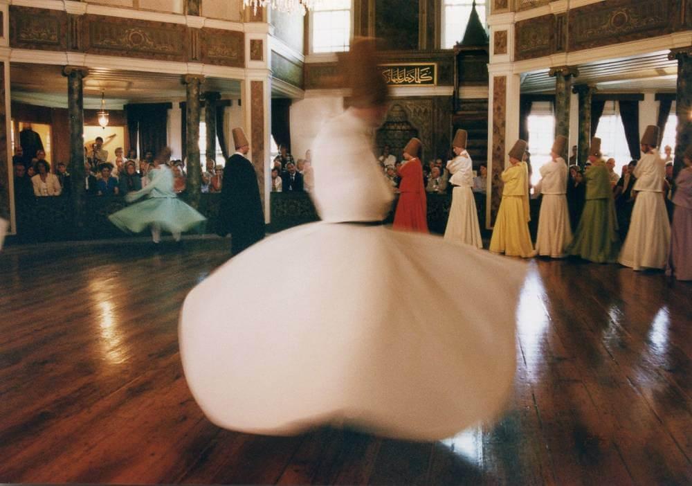 ぐるぐる回る♪メヴレヴィー教団の旋回舞踊(セマー)