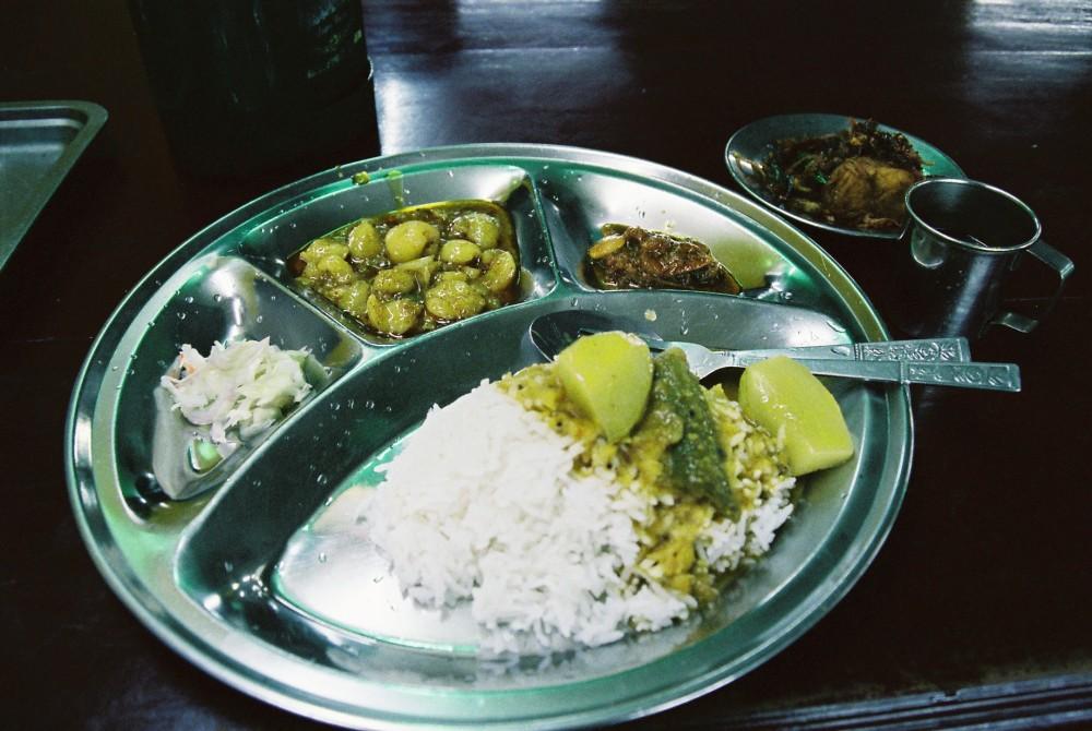 ダウンタウンのインド料理屋でターリーを食べる。コーラと合わせ2400K(約240円)