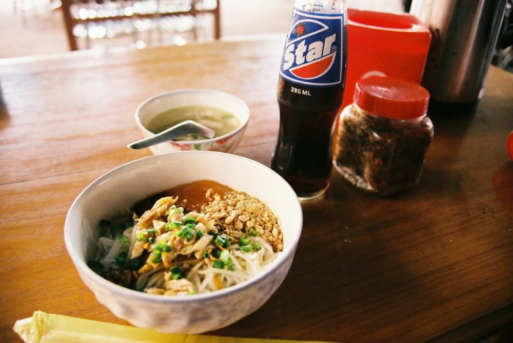 カオスエ(米の麺) ニャウンウーのローカル食堂