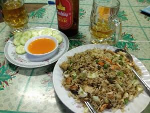 ニャウンウーの食堂で食べた夕食。チキン&カシューナッツのフライドライス