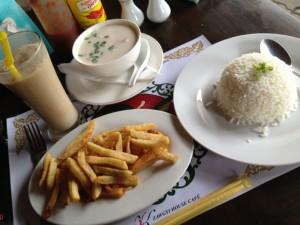 旅行者向けレストランでトム・カーとフライドポテト、バナナジュースのランチ