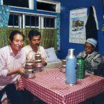 チベット人の家で地酒「トゥンバ」を飲む(ダージリン)【インド】
