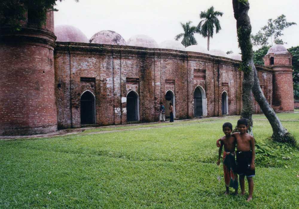 雨に濡れた赤レンガのモスク「バゲルハット」の遺跡【バングラデシュ】