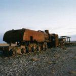 ウユニの町はずれにある「列車の墓場」。砂漠の中に佇む赤錆びた機関車の残骸は最高にシュール!【ボリビア】