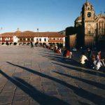 人々が集う、クスコの中心「アルマス広場」の朝・昼・晩の様子【ペルー】