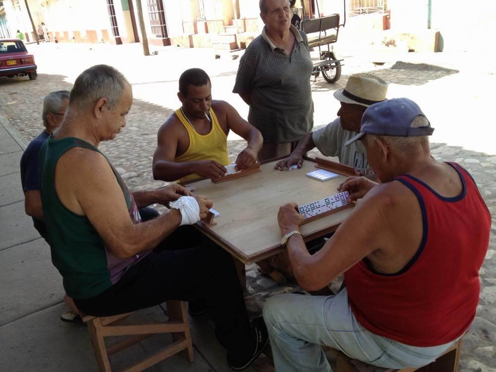 ドミノをする男たち、トリニダーの風景 【キューバ Cuba】