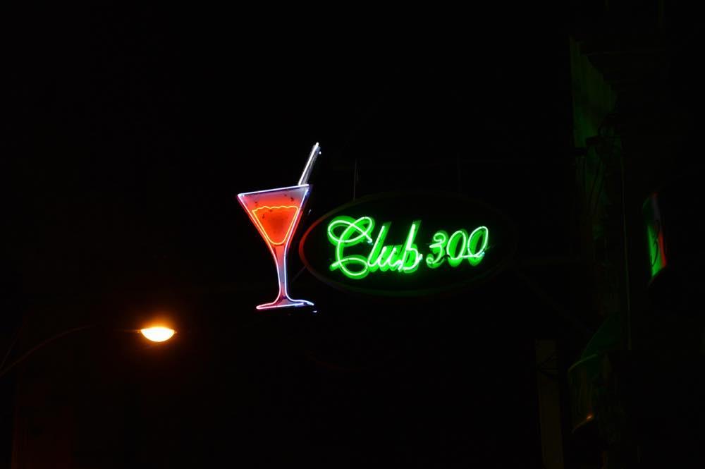 ネオンサイン「クラブ300」、サンティアゴ・デ・クーバの風景 【キューバ Cuba】