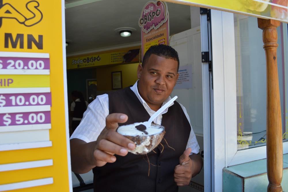ココナッツアイスを食べる、ハバナ旧市街の風景 【キューバ Cuba】