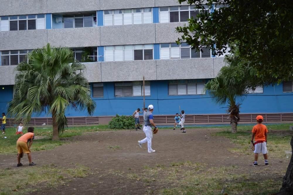 草野球、ハバナ新市街の風景 【キューバ Cuba】