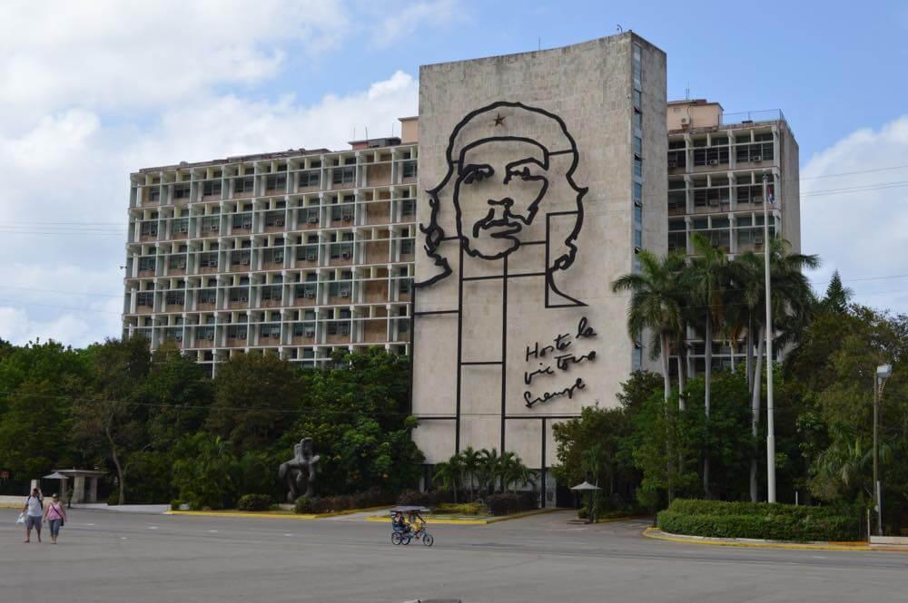 内務省にあるゲバラの肖像、ハバナ新市街の風景 【キューバ Cuba】