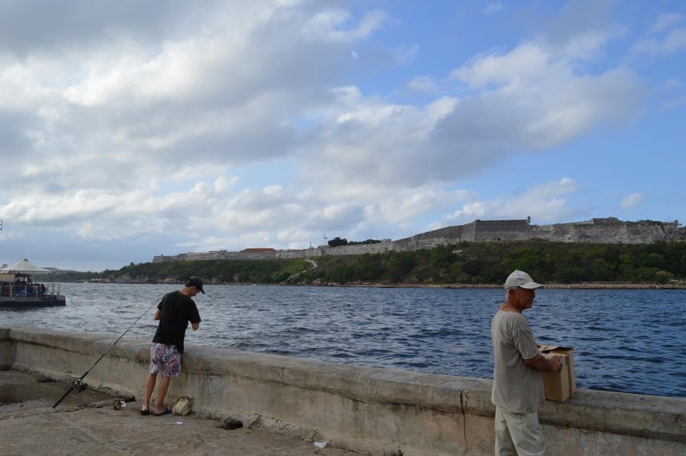 サン・ペドロ通りから海を眺める、ハバナ旧市街の風景 【キューバ Cuba】