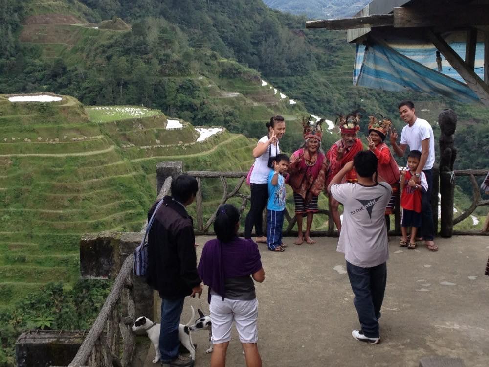 フィリピン、バナウェ。イフガオ族の老人たち、バナウェビューポイント 【世界遺産】
