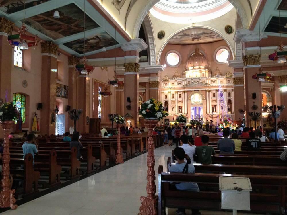 フィリピン、マニラ。チャイナタウンの教会でミサを見学
