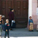 ばね人形売りとロマの子供たち(シゲットのカフェにて)【ルーマニア】