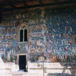 「ヴォロネツ修道院」の壁一面に描かれた群青色のフレスコ画を見る【ルーマニア】