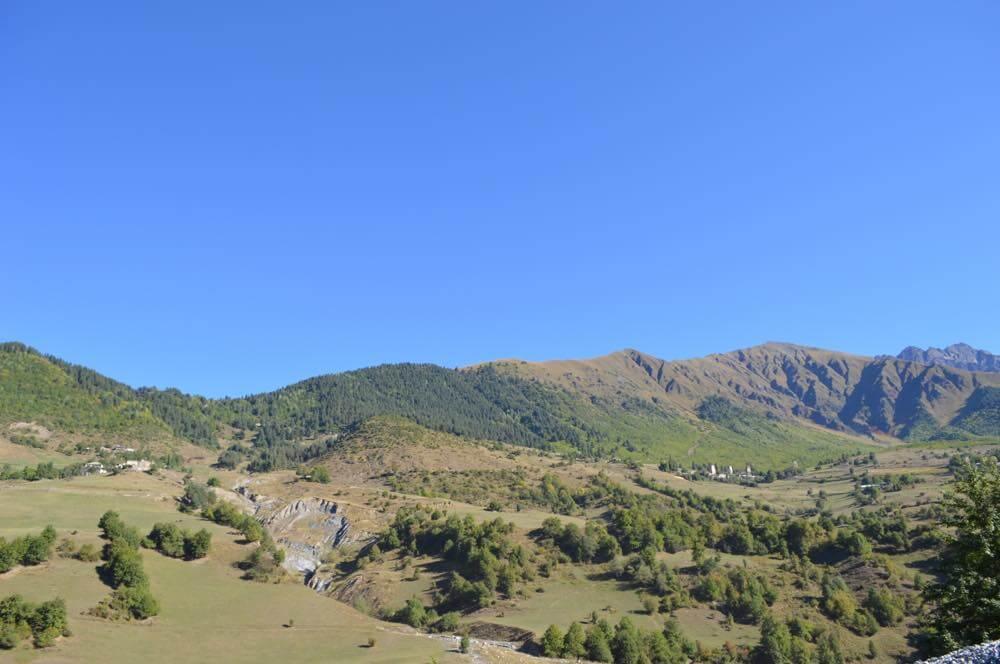 ウシュグリ村への車窓風景(メスティアから車でウシュグリ村へ)【ジョージア(グルジア)Georgia:საქართველო】