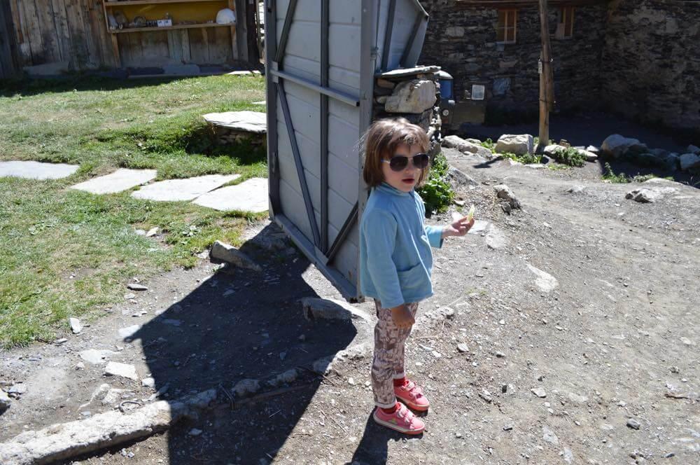 ウシュグリ村の女の子(メスティアから車でウシュグリ村へ)【ジョージア(グルジア)Georgia:საქართველო】