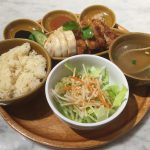 『シンガポール 海南鶏飯』屋台街風の店内でいただくチキンライス@三越前